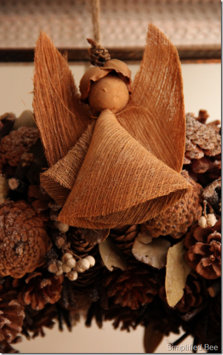 christmas_mantel_pinecone_wreath