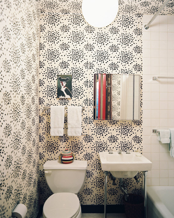black & white wallpaper // bathroom