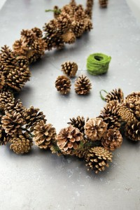pinecone garland // how to // holiday decor
