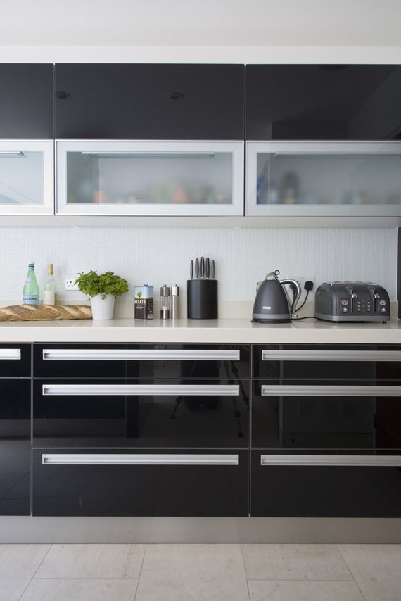 black modern kitchen // lonny