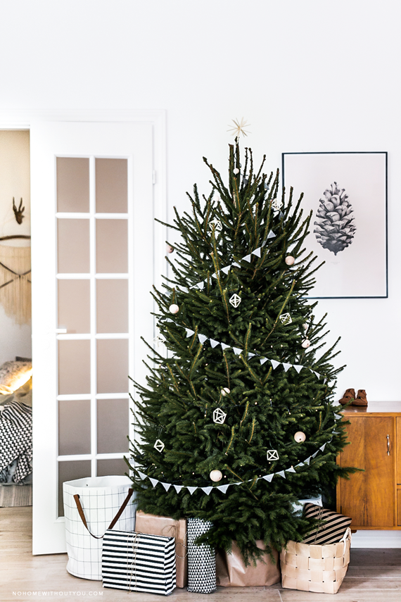 scandinavian christmas tree // holiday decor