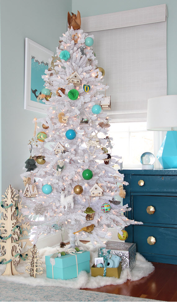 modern flocked christmas tree // @simplifiedbee #christmastree #holidaydecor