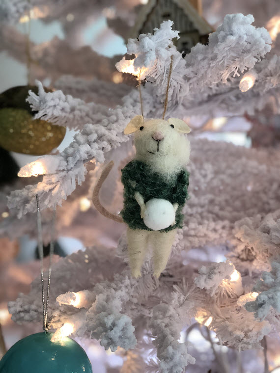 modern flocked christmas tree // mouse ornament // @simplifiedbee #holiday