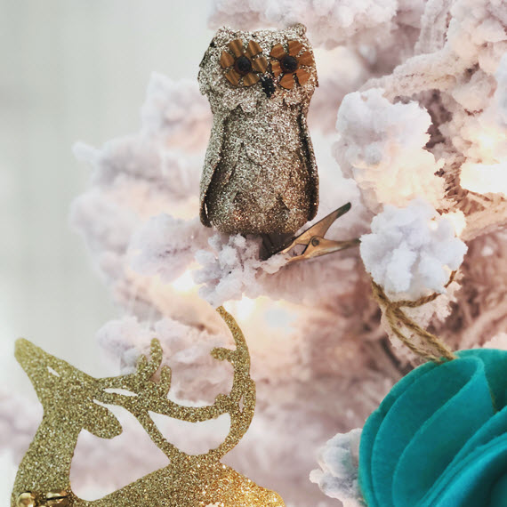 modern flocked christmas tree // owl ornament // @simplifiedbee #holiday