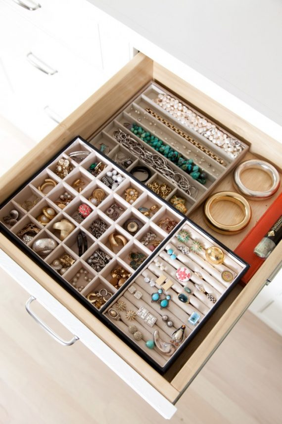 organized jewelry drawer // @simplifiedbee