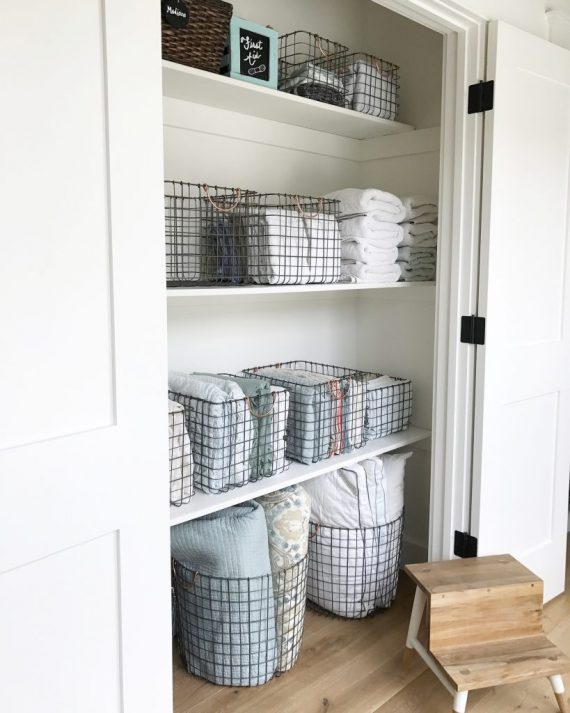 wire baskets // linen closet organization // @simplifiedbee