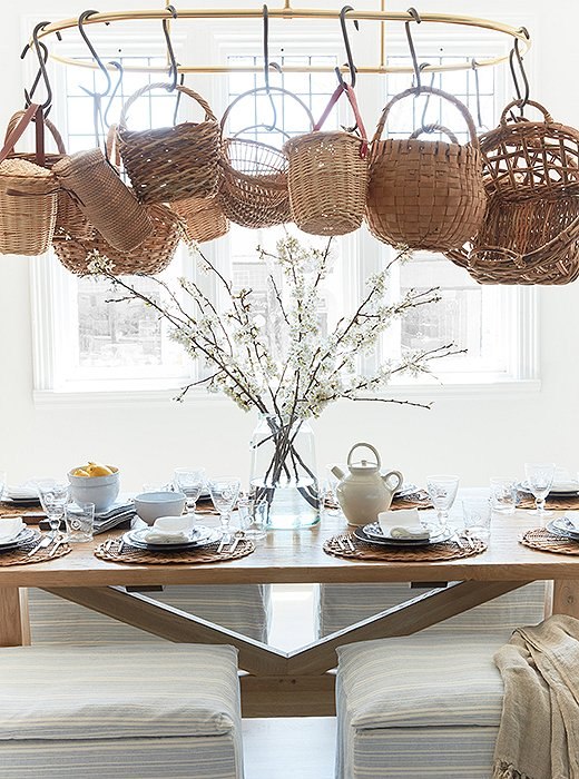 farmstyle dining room // decorating with baskets // @simplifiedbee